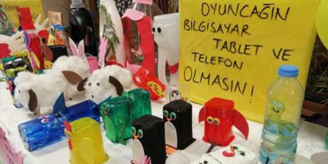 Hastaneye atık maddelerden oyuncak standı