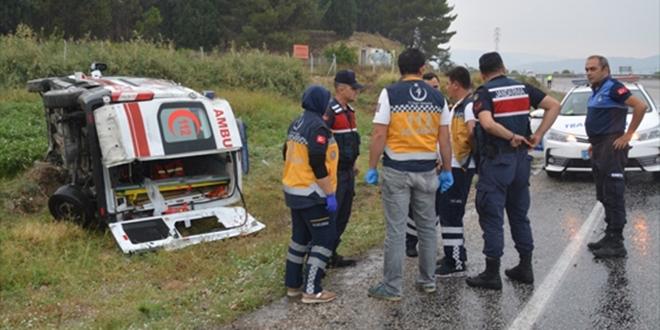 Ambulans şarampole devrildi: 5 yaralı