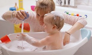Ateşli bebeğe ılık banyo