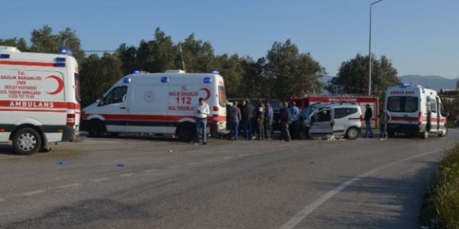Bursa'da iki araç kafa kafaya çarpıştı: 10 yaralı
