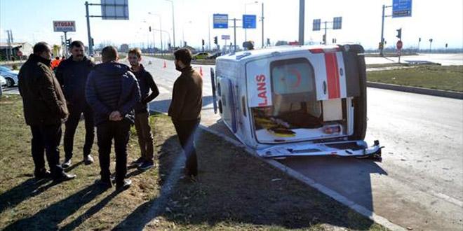 Ambulans kamyonetle çarpıştı, 5 sağlık görevlisi yaralandı