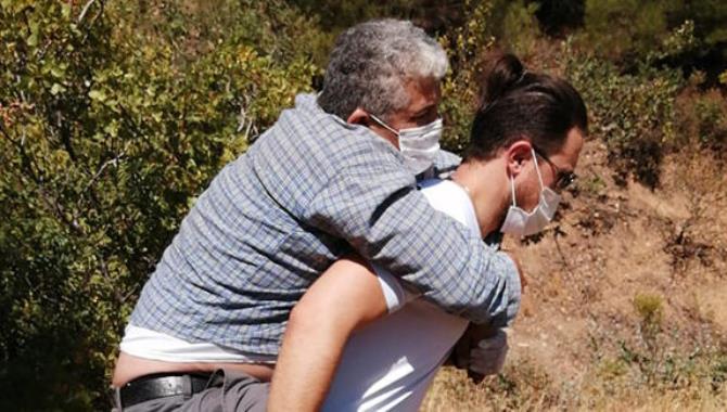 Ambulans şoförü, hastayı 1 kilometre sırtında taşıdı
