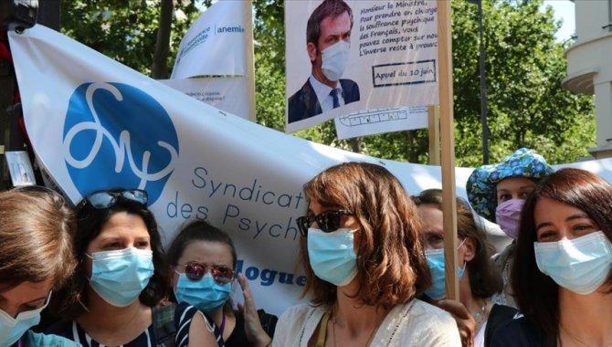 """Fransa'da """"ciddiye alınmak"""" isteyen psikologlar gösteri düzenledi"""