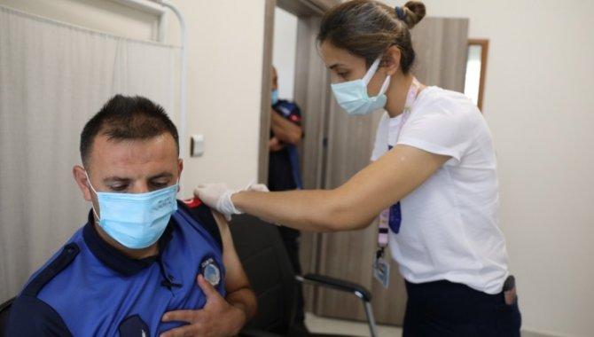 Kayseri'de belediye personeline Kovid-19 aşısı yapımı başladı