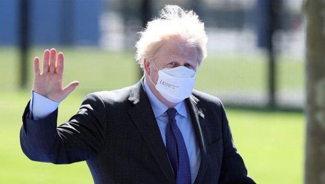 """İngiltere Başbakanı Johnson'ın Sağlık Bakanı hakkında """"tamamen umutsuz vaka"""" dediği iddia edildi"""