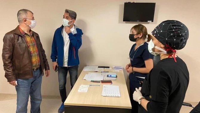 Artvin Valisi Doruk, Kovid-19 aşı polikliniklerinde incelemelerde bulundu: