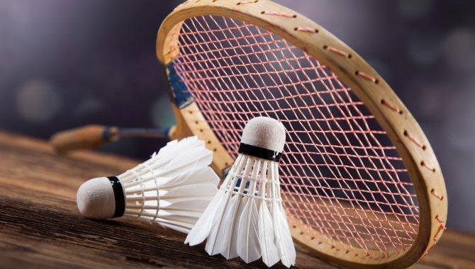 Sağlık için, 7'den 70'e herkesin rahatlıkla yapabildiği badmintonda buluşuyorlar