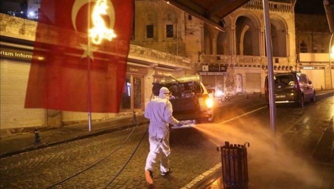 Mardin'de tarihi Birinci Cadde yıkanarak dezenfekte edildi