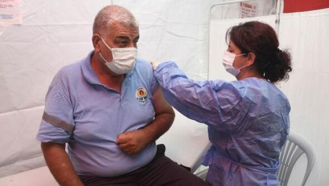 Adana'da belediye çalışanlarına Kovid-19 aşıları yapılıyor