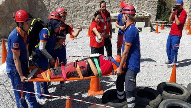 Gümüşhane Üniversitesi öğrencileri spor salonunda yaralı kurtarma tatbikatı yaptı