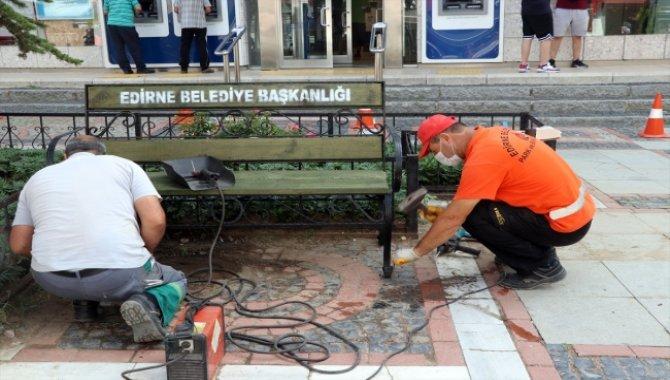 Edirne'de salgın tedbirleri kapsamında kaldırılan banklar risk durumunun azalmasıyla yerine konmaya başladı