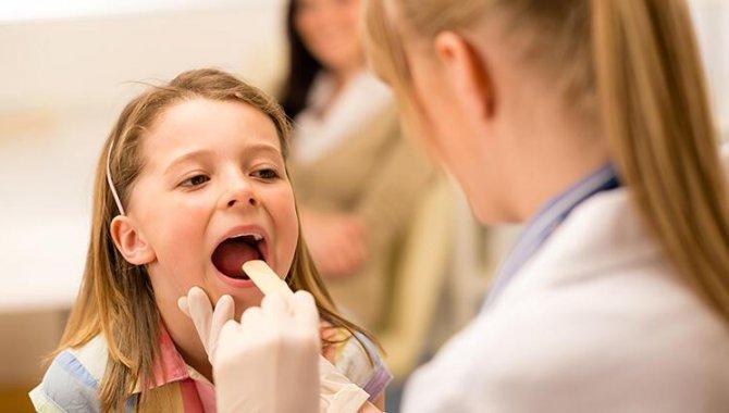"""Uzmanından """"çocuklarda geniz eti işitme azlığına ve kulak akıntısına yol açabilir"""" uyarısı"""