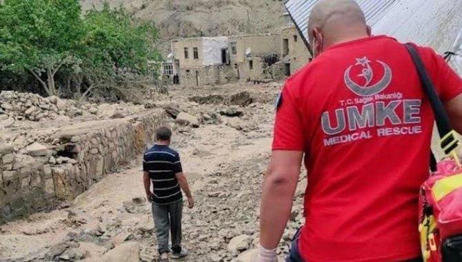 Sağlık Bakanı Koca, Van'da selden etkilenen bölgelerde ekiplerin sağlık taraması yaptığını bildirdi