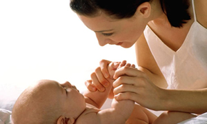 Bebekleri öpmeyin, elini tutun
