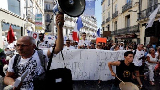 Fransa'da Kovid-19 aşısı olmayan 3 bin kadar sağlık çalışanı açığa alındı