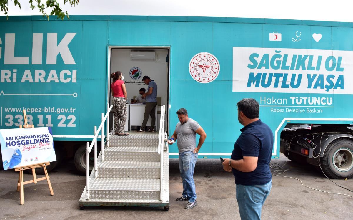 Kepez Belediyesinin sağlık ekipleri Kovid-19'a karşı aşılama çalışmaları yapıyor