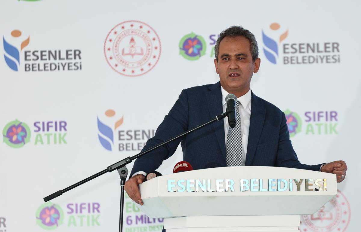 Milli Eğitim Bakanı Özer, Sıfır Atık Projesi kapsamında defter dağıtım törenine katıldı: