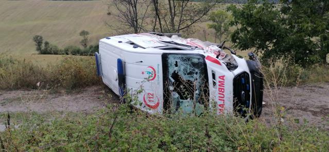 Ambulans ile otomobilin çarpıştığı kazada 5 kişi yaralandı