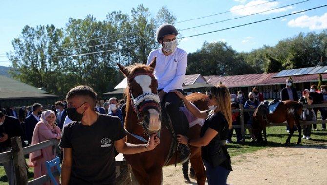 Özel bireyler atla terapi edilecek