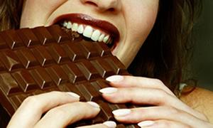 Terk edilen kadınlar çikolataya sarılıyor