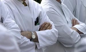 Doktorlar öldürülen meslektaşları için bakanlığa yürüdü