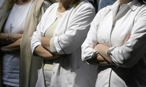 İzmir'de asistan doktorlar grev çadırı kurdu, iş bıraktı