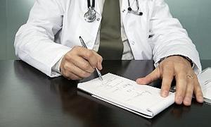 Başkasının sağlık karnesine ilaç yazmayan doktor darp edildi
