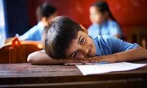 Kamburluk ve duruş bozukluğu okul sıralarında başlıyor