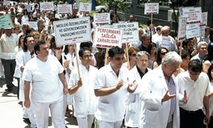 Sağlıkçılar 'performans'ı protesto etti