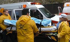 Yasak olduğu için ambulansa alınmayan hasta yakınları doktoru dövdü