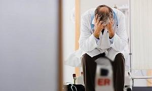 Hasta yakını, kendisini uyaran doktoru, tekme tokat dövdü
