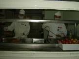 Ücretsiz yemek hakkını elde eden hastane çalışanları halay çekti