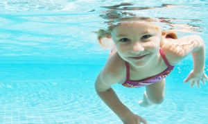 Havuzlardaki hijyenik olmayan su göze zarar veriyor