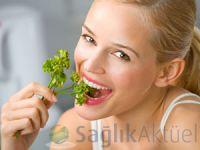 Yeşil yapraklı sebzeler beyni 11 yıl gençleştiriyor