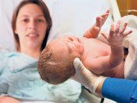 Annesinin rahmi nakledilen kadın doğum yaptı