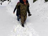 Uzman çavuş kalp hastasını karda sırtında taşıdı