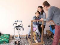 Çocuğu için tahtadan fizik tedavi aletleri yaptı