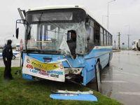 Tır ile halk otobüsü çarpıştı: 8 yaralı