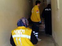Sağlık ekiplerinin eve girmemesi için kapıyı üzerine kilitledi