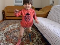 Kızını fizik tedaviye götüremedi, çareyi böyle buldu