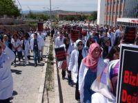 Sağlık çalışanları başhekim için yürüdü