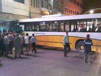 El freni çekilmeyen belediye otobüsü iş yerine girdi