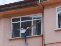 Genç kız, pencereye çıkarak intihara kalkıştı