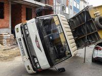 Demir yüklü kamyonet otomobilin üzerine devrildi