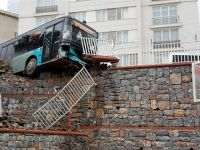 Ümraniye'de halk otobüsü okulun bariyerlerinde asılı kaldı
