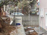 Sağlık merkezinin bahçe duvarı yoğun yağışa dayanamadı