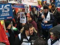İngiltere'deki kötü sağlık sistemi binlerce kişiyi sokaklara döktü!