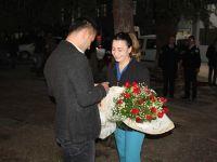Polis memurundan acil servis önünde evlilik teklifi