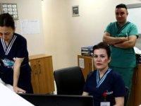 Özel hastane çalışanları tepki için 'dayak makyajı' ile hastalara hizmet verdi