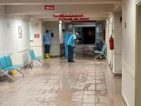 Hastaneyi su bastı... Hastalar üst katlara taşındı